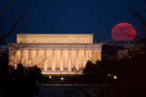 Super moon  rising over the Lincoln Memorial. Courtesy of Wikimedia Commons.
